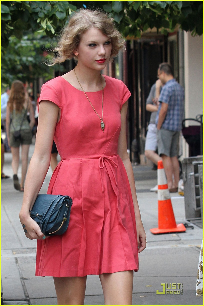 Full Sized Photo Of Taylor Swift Market Table 02 Taylor Swift Munches At Market Table Just Jared Jr