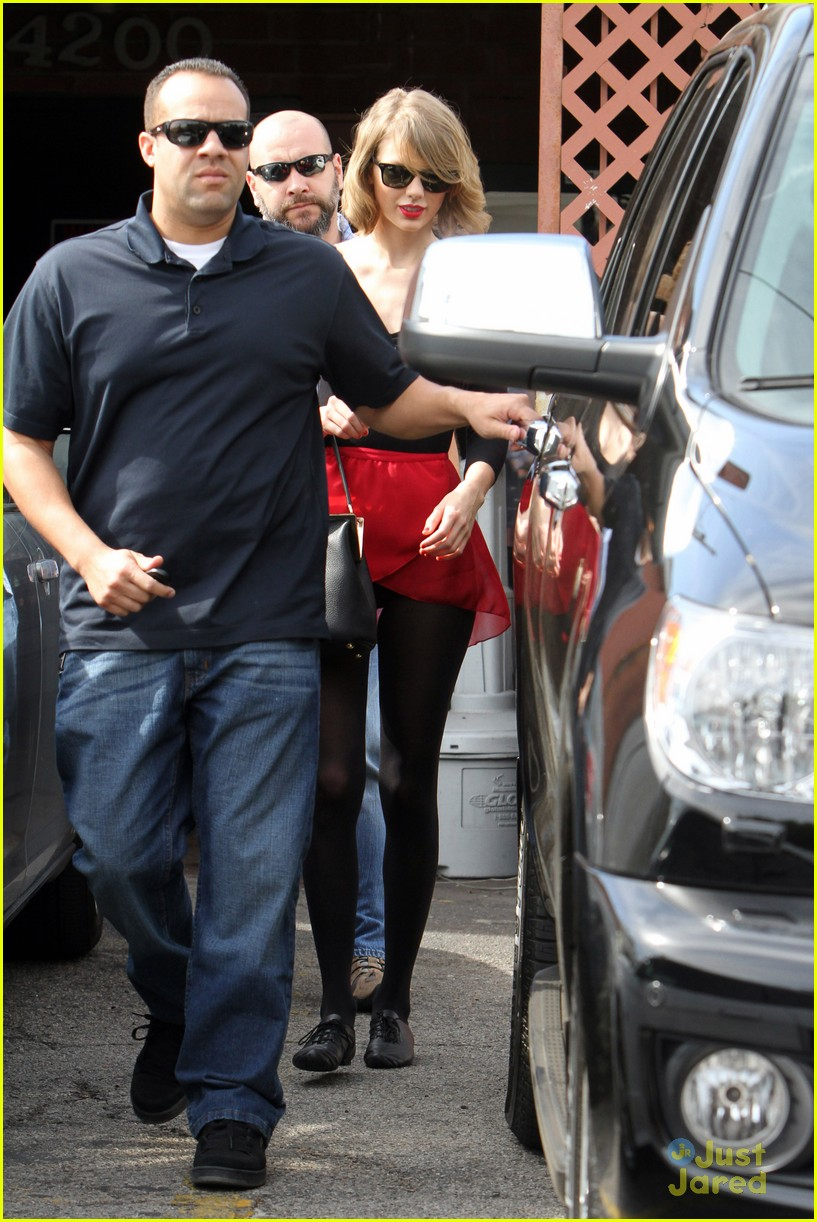 Full Sized Photo Of Taylor Swift Needs Multiple Bodyguards For Dance Class Exit 04 Taylor Swift Needs Multiple Bodyguards For Dance Class Exit Just Jared Jr