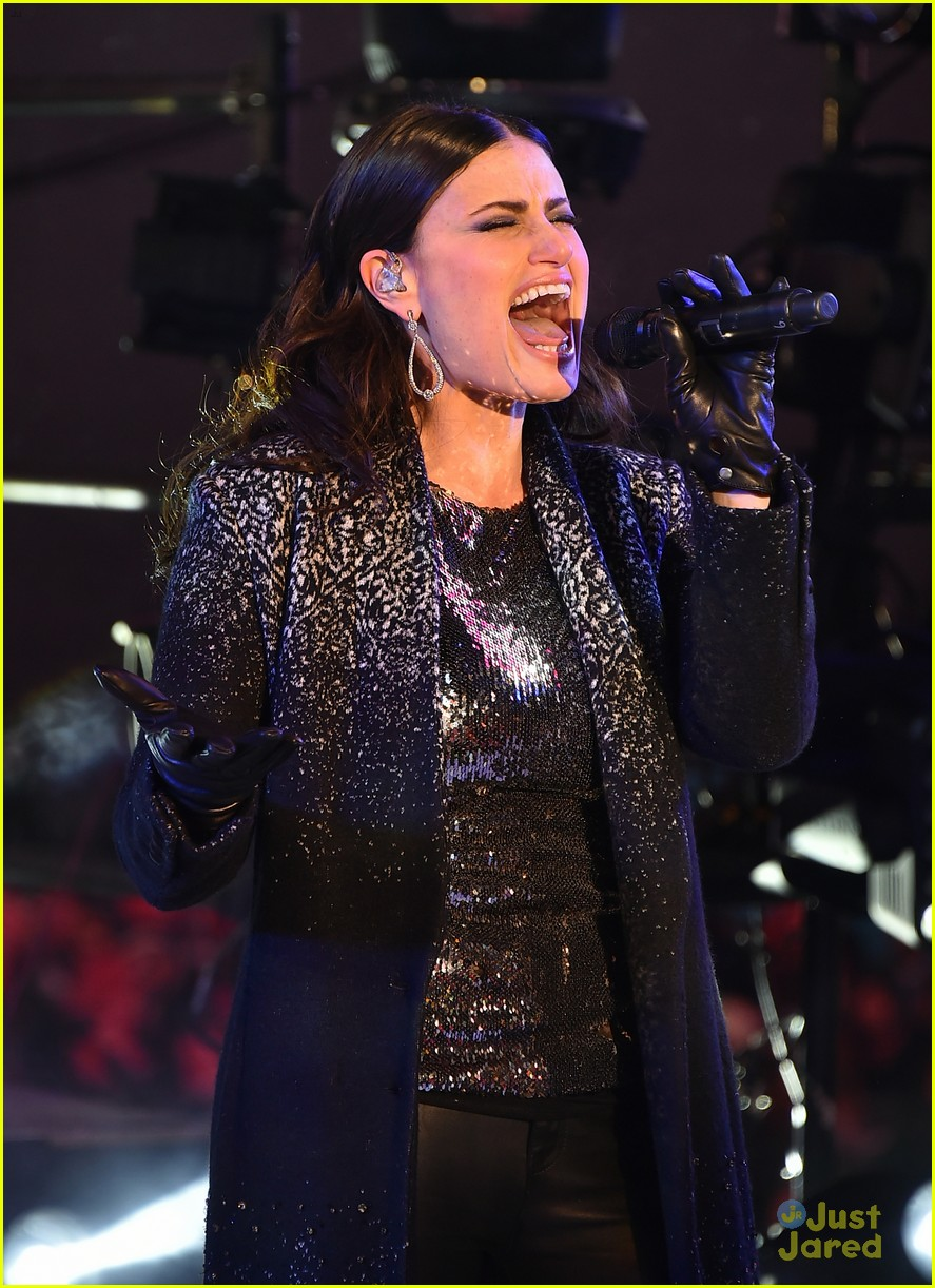 idina menzel sings let it go on new years eve 2015 13