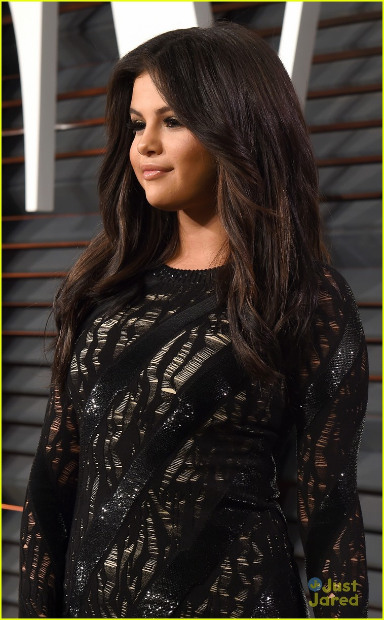 Full Sized Photo Of Selena Gomez Vanity Fair Oscar Party 02 Selena Gomez Can T Stop Smiling At Oscars After Party Just Jared Jr