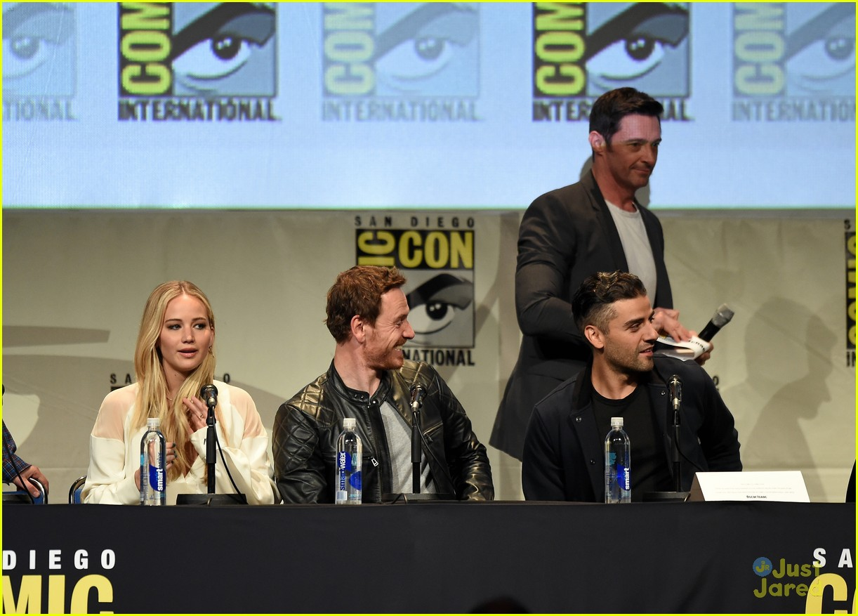 jennifer lawrence hugh jackman embrace at x men comic con panel 30