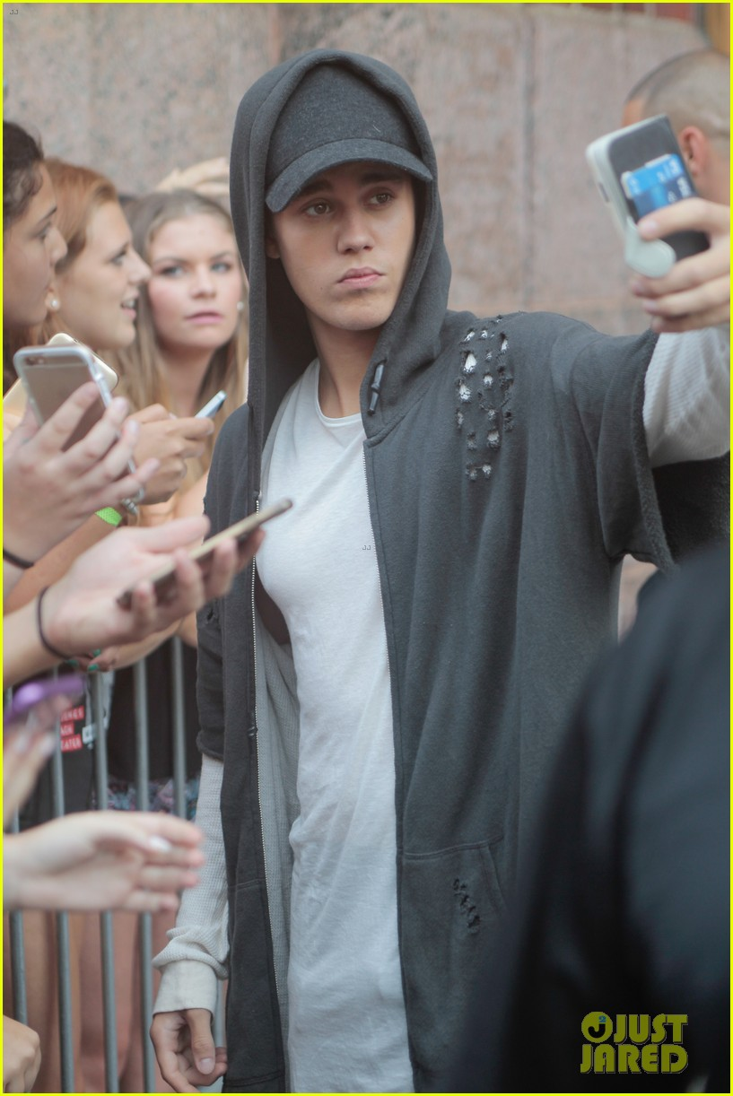 Justin Bieber Forgets Words to 'Be Alright' & Fans Help Him