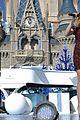 janel parrish tori kelly charlie puth disney chrismas parade pics 09