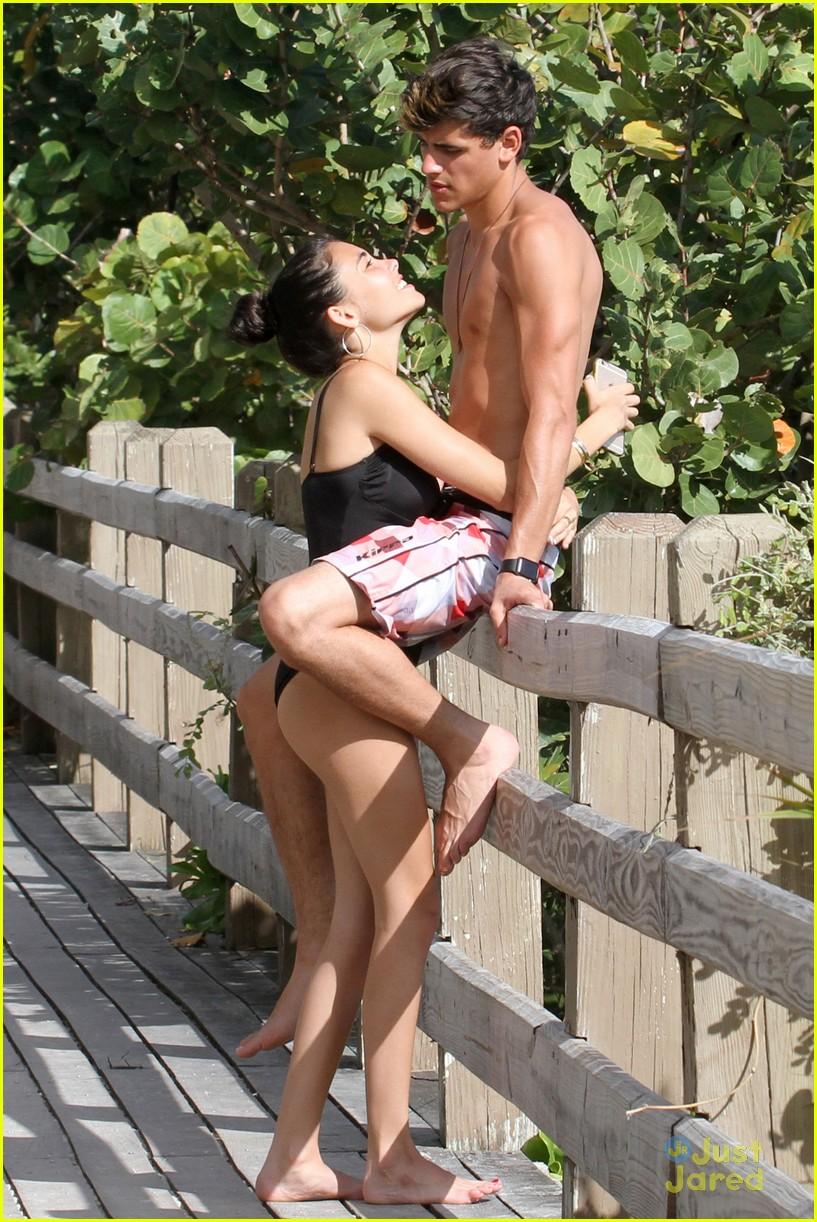 madison beer jack gilinsky piggy back beachside kiss nye 09