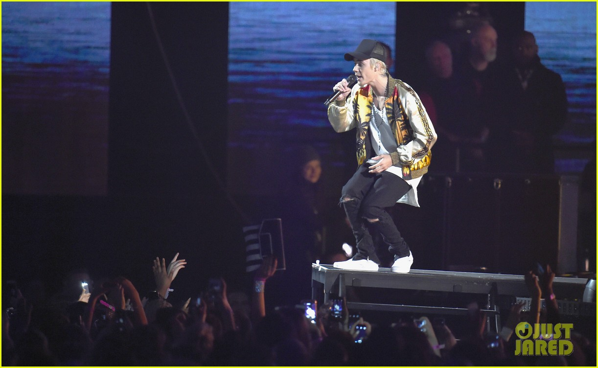 justin bieber brit awards 2016 performance 01