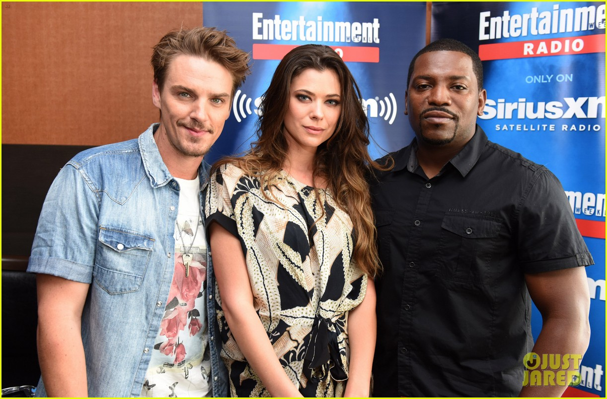 peyton list riley smith frequency 2016 comic con 03