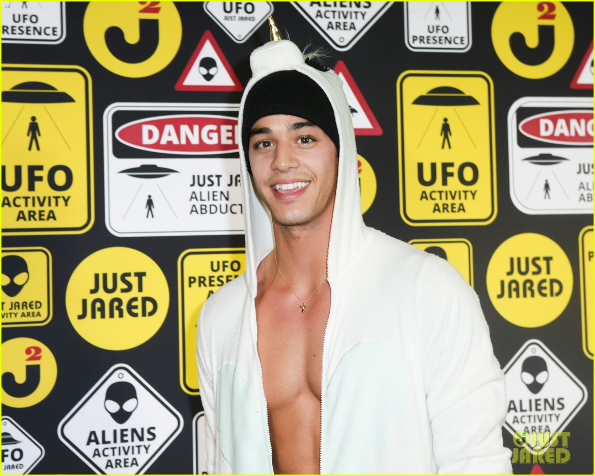 cody christian dylan sprayberry just jared halloween party 31