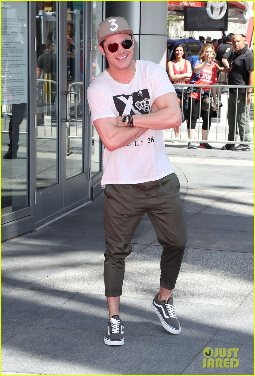 zac efron wears capri pants for baywatch slowmo marathon 06