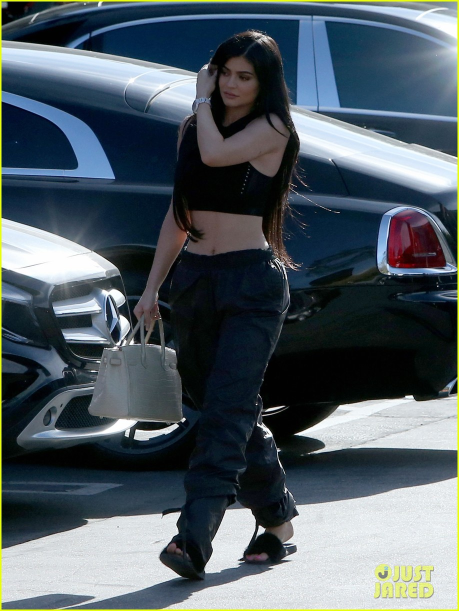 kardashian jenners gear up for 10 year anniversary special2 12