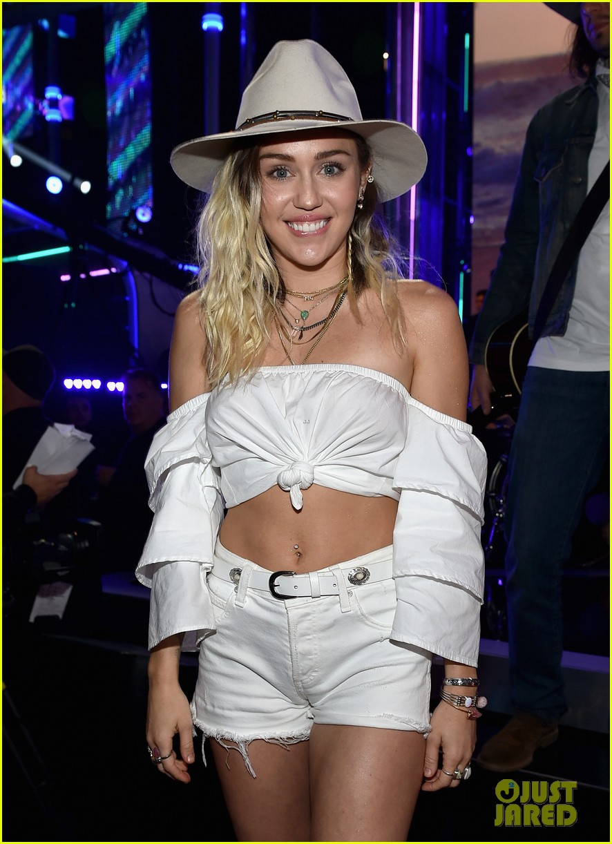 miley cyrus liam hemsworth billboard music awards 07
