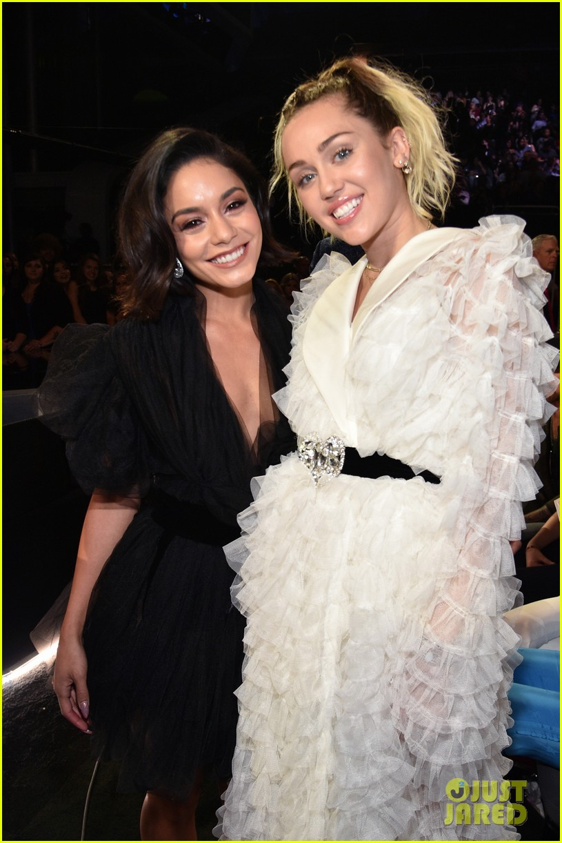 miley vanessa reunion at billboard music awards 01