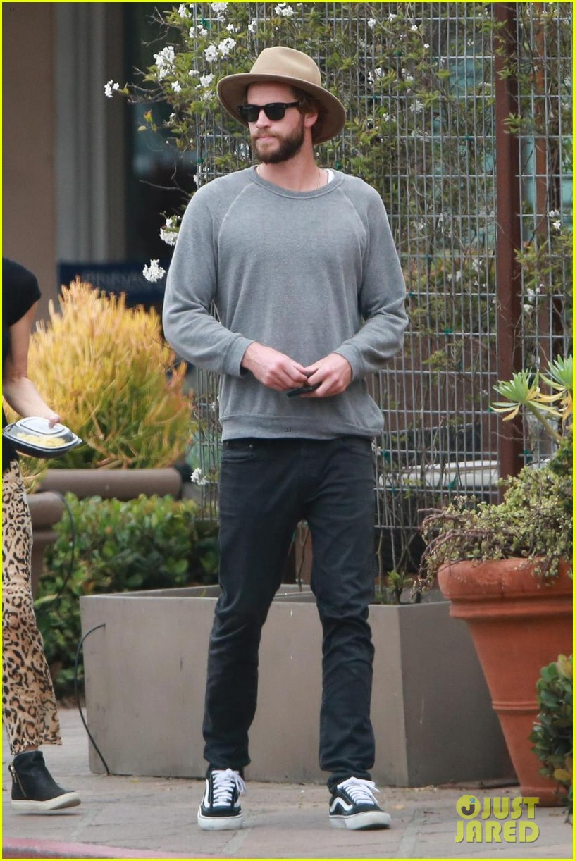 liam hemsworth grabs lunch with luke and parents in malibu 01