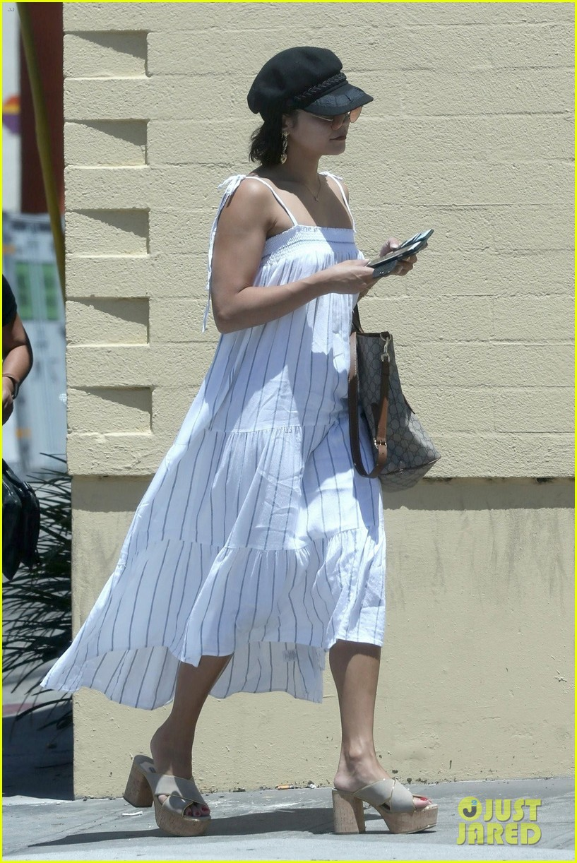 vanessa hudgens grabs lunch with mom sister 07