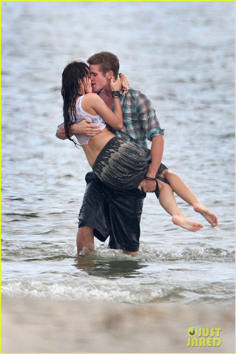 miley cyrus shares photo of her and liam hemsworths first smooch 04