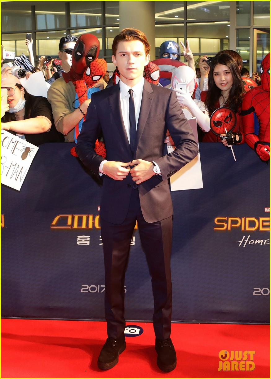 tom holland surrounded by spider men at seoul premiere 07
