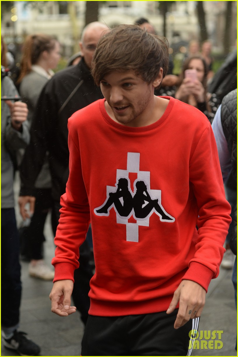 louis tomlinson held one direction together 02