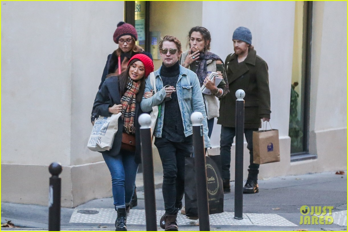 macaulay culkin brenda song cuddle up kiss in new paris photos 23