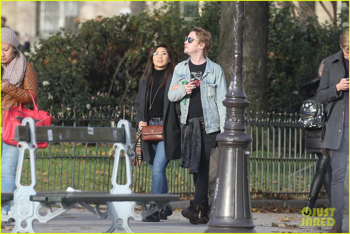 macaulay culkin brenda song cuddle up kiss in new paris photos 49