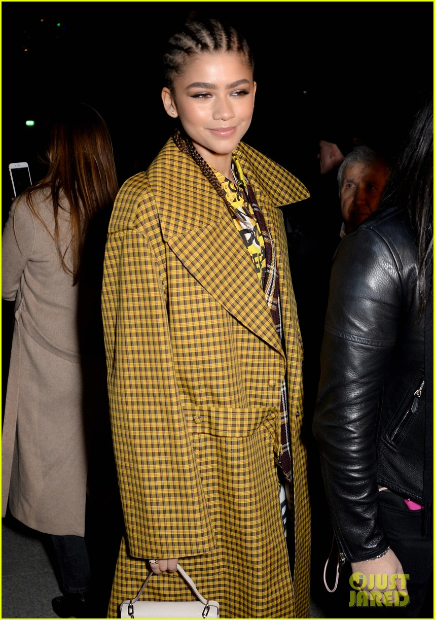 zendaya joins tom holland at burberry fashion show 05