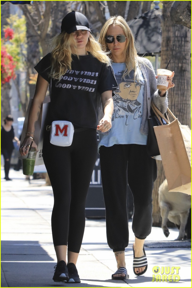 miley cyrus is all about the good vibes while shopping in studio city 12