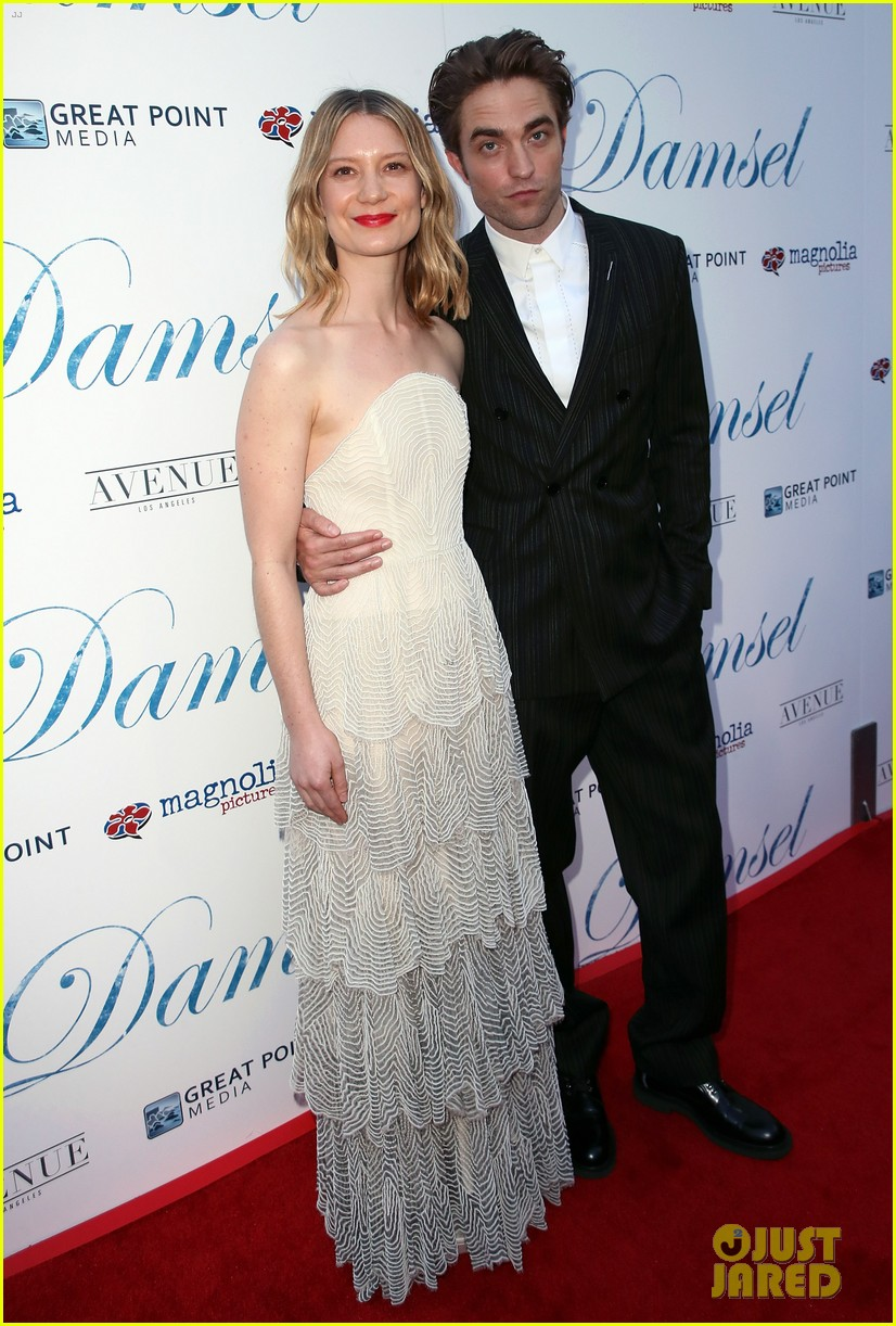 robert pattinson mia wasikowska step out for damsel premiere 15