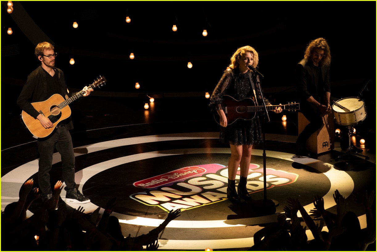 maddie poppe performs acoustic version of going going gone at rdmas2 34