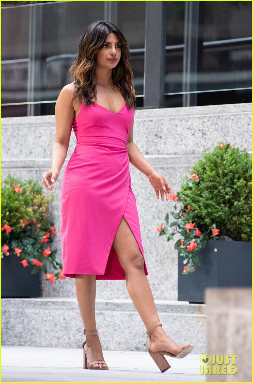 liam hemsworth and priyanka chopra film dancing scene for isnt it romantic 16
