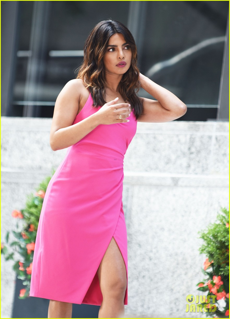 liam hemsworth and priyanka chopra film dancing scene for isnt it romantic 29