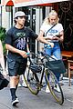 joe jonas sophie turner hang out with his parents in nyc 01