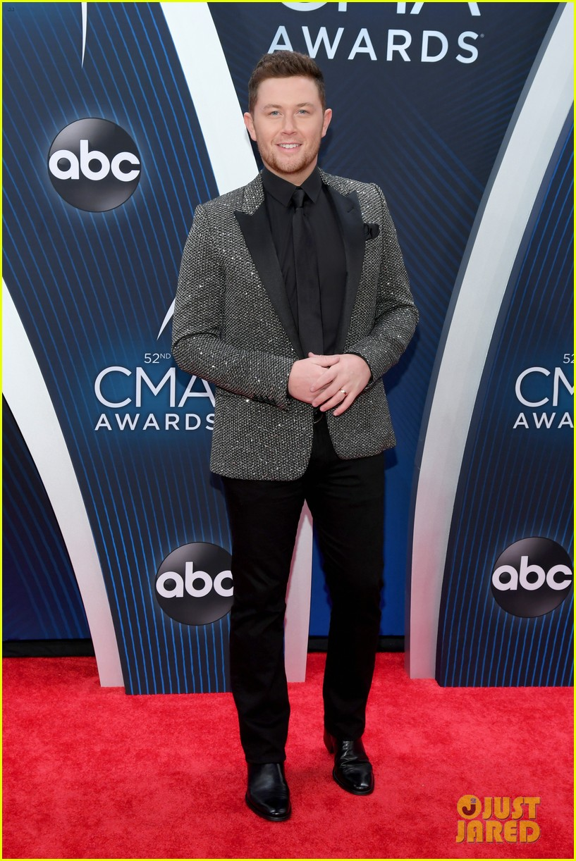 american idols caleb lee hutchinson suits up for cma awards 2018 03