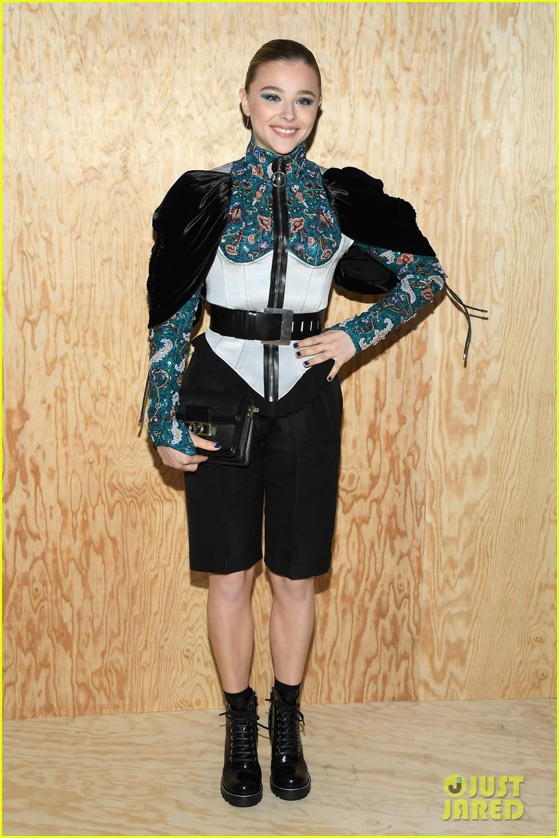 chloe moretz emma chamberlain lv fashion show paris 02
