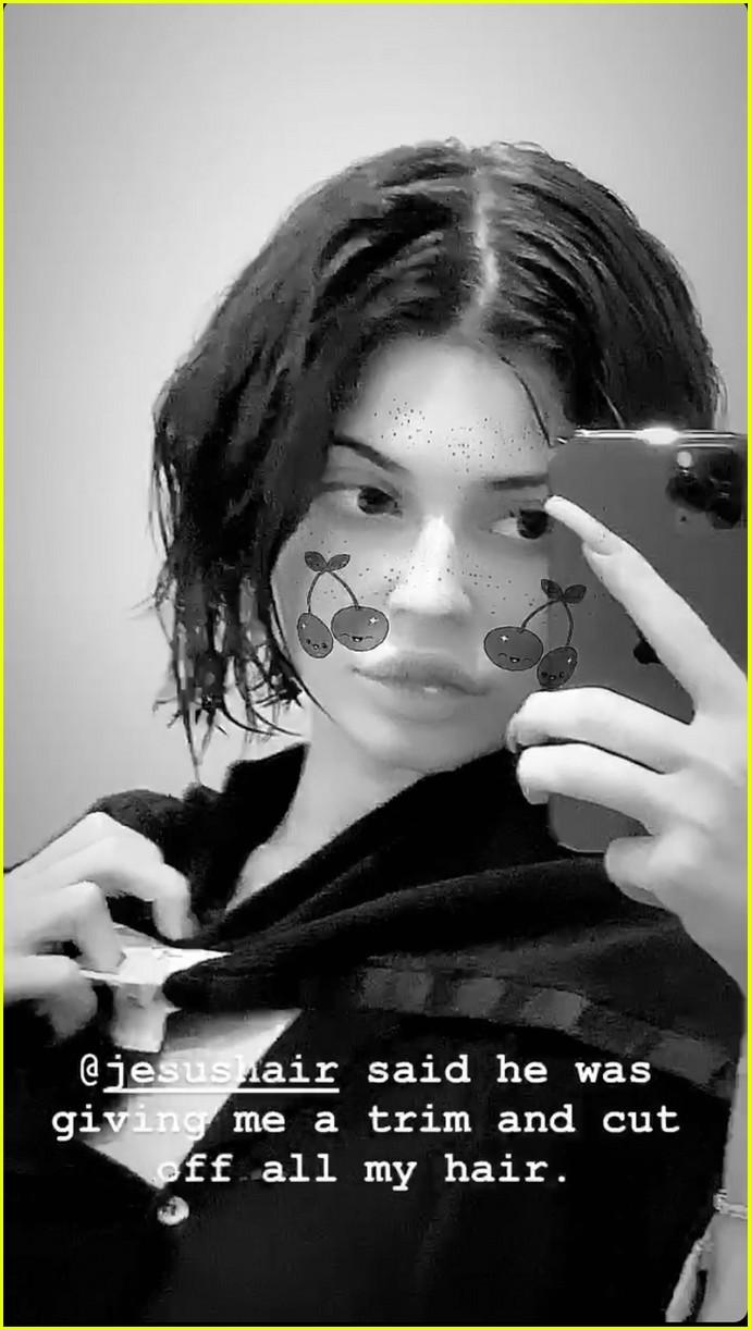 http://cdn02.cdn.justjaredjr.com/wp-content/uploads/2020/02/jenner-cutsallhair2/kylie-jenner-cuts-off-all-her-hair-see-pics-shorter-do-01.jpg
