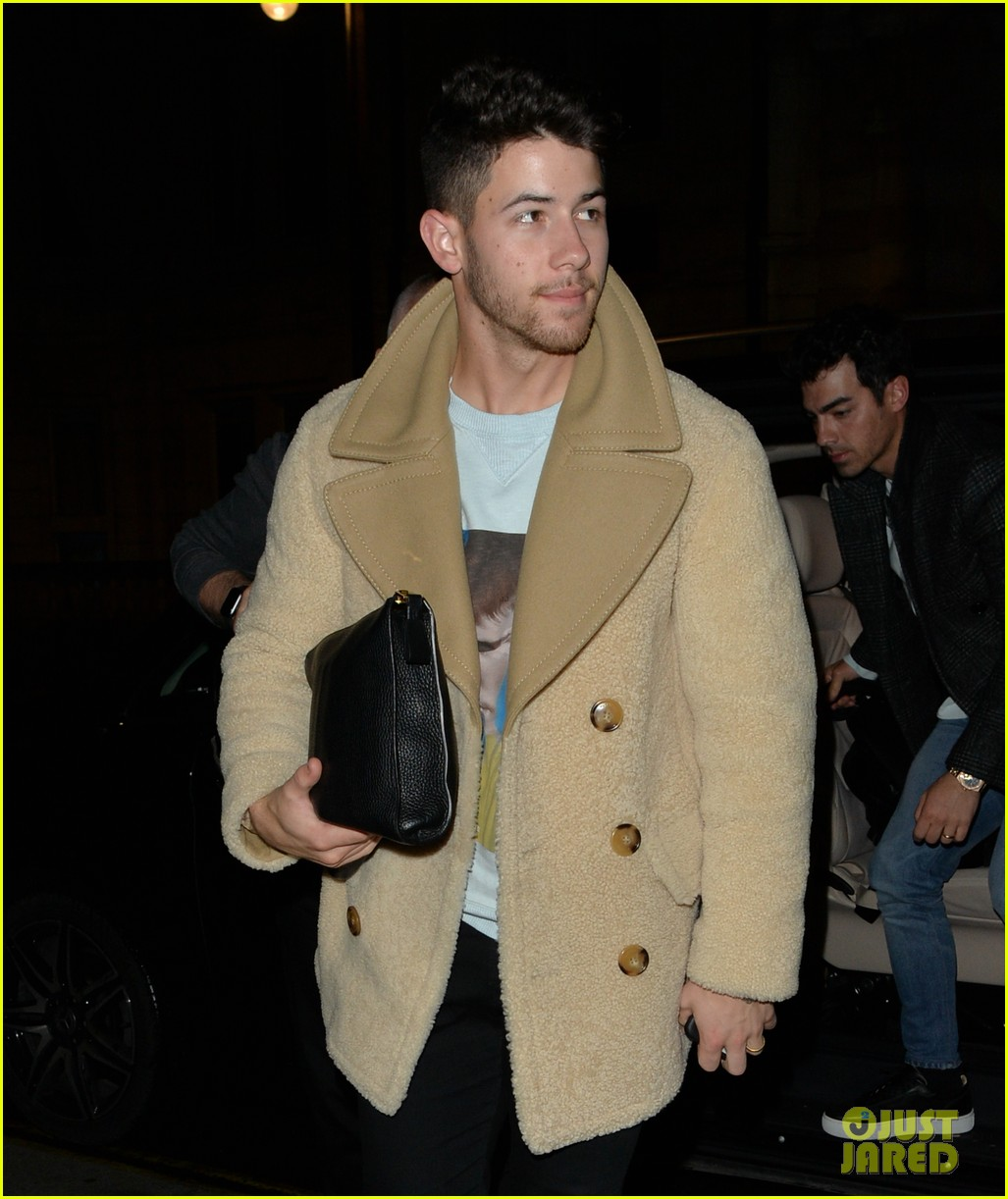 jonas brothers arrive back in london after dublin show 04