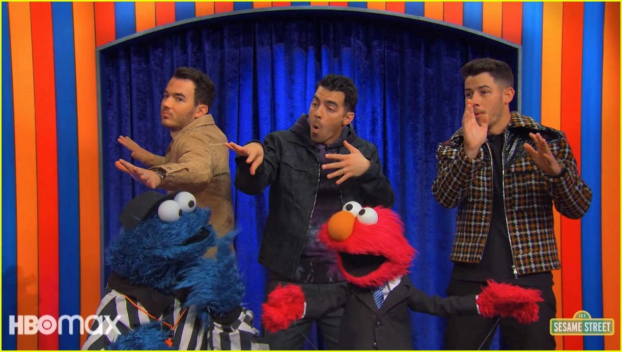 jonas brothers sing about brushing your teeth in not too with elmo preview 04