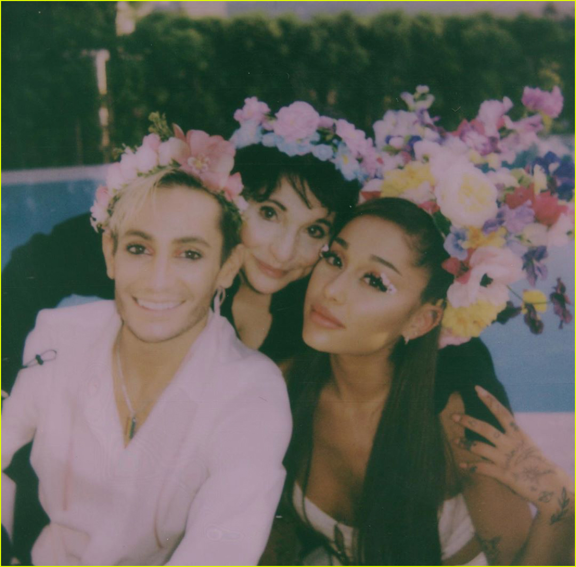 ariana grande gets a kiss from dalton gomez midsommar party 04