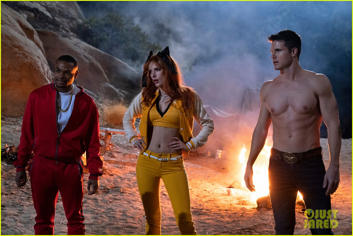 robbie amell goes shirtless in the babysitter killer queen first look photos 02