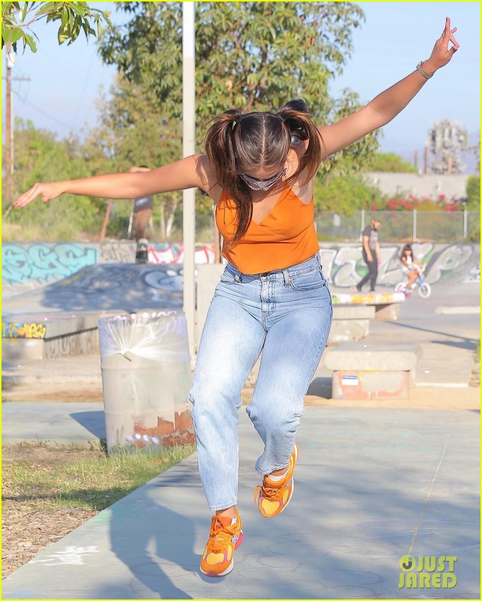 addison rae shows off her skateboarding skills at the skate park 05
