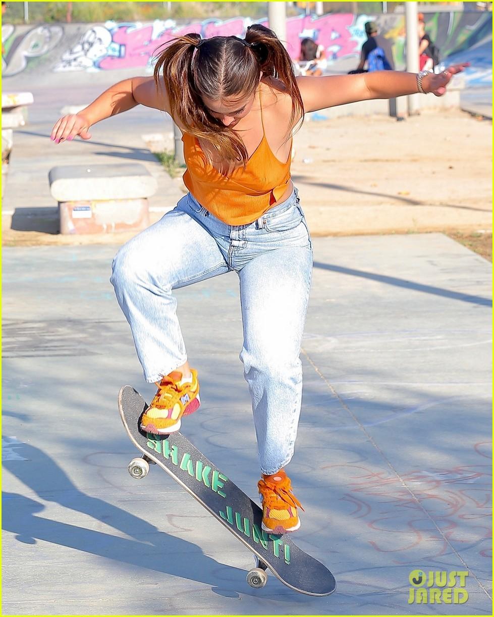 addison rae shows off her skateboarding skills at the skate park 13