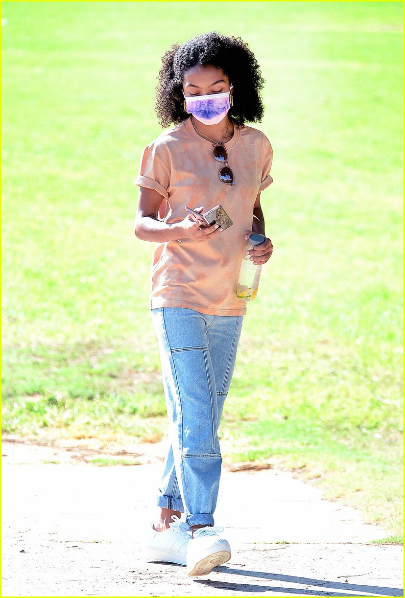 yara shahidi hangs out with her brother at the park 04
