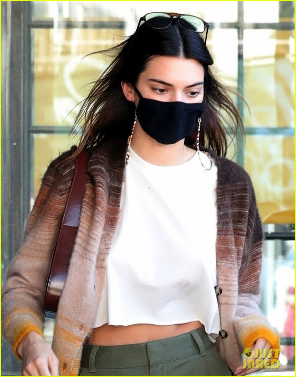 kendall jenner goes sporty while grabbing coffee with friends 05