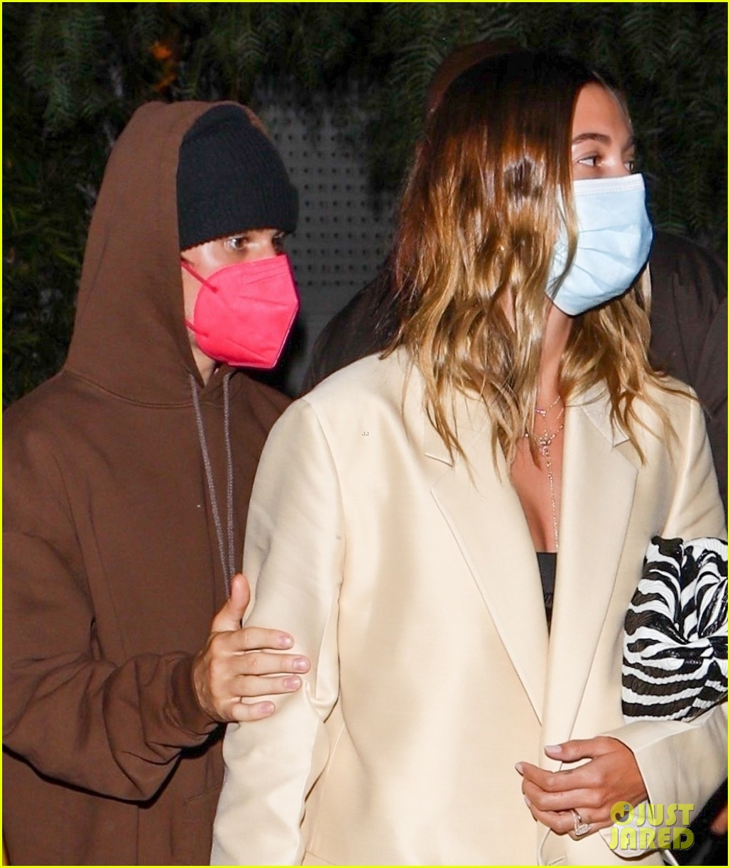 justin bieber hailey keep close on date night 01