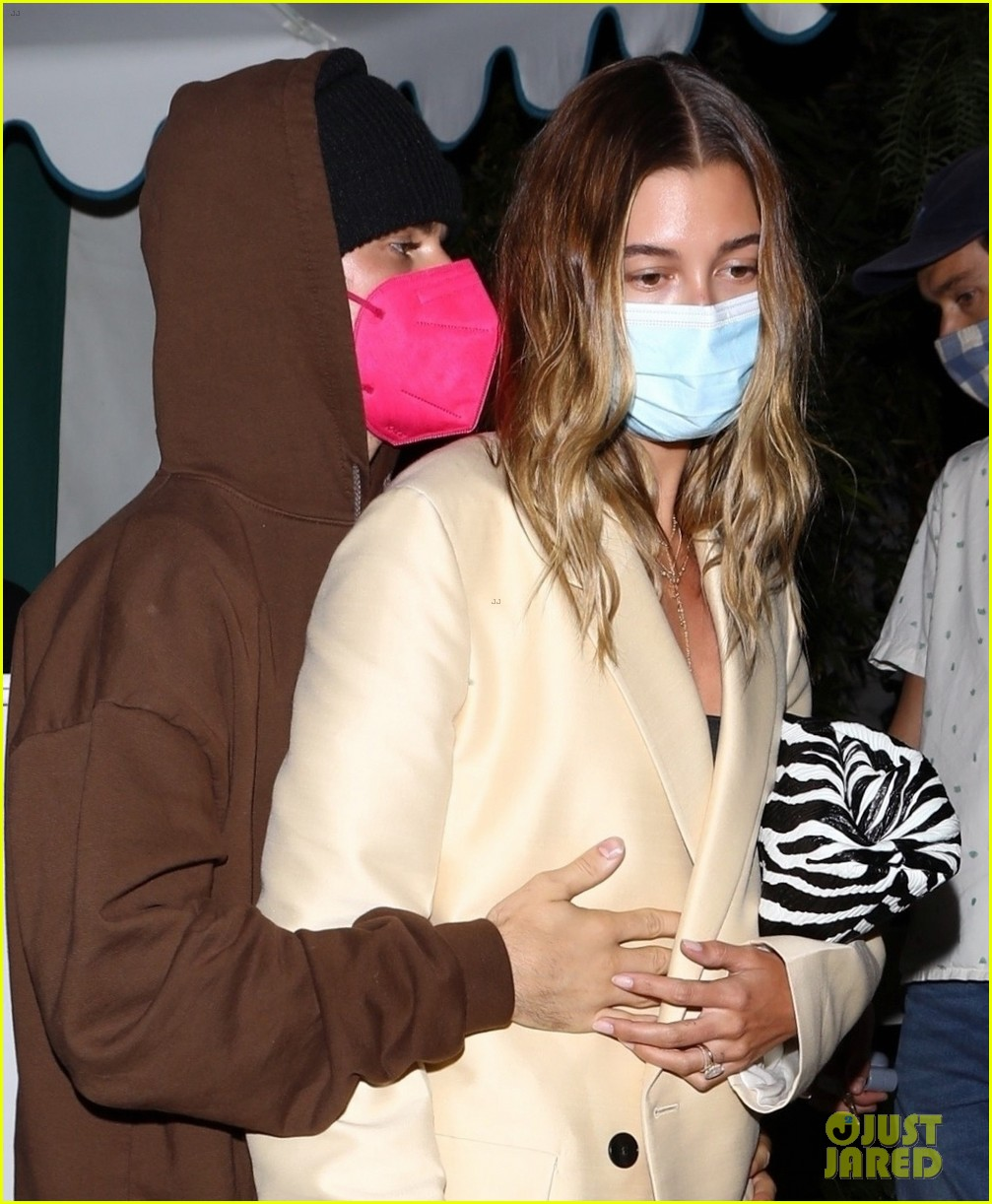 justin bieber hailey keep close on date night 03