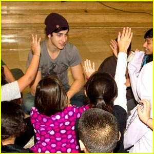 David Henrie Gets Silly with Selma Avenue Elementary