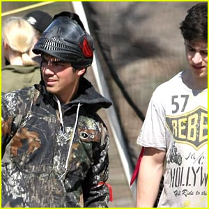 Joe Jonas &#038; David Henrie: Paintball Pals