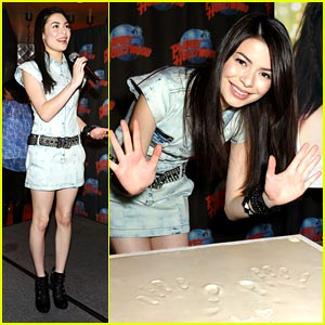 Miranda Cosgrove: Planet Hollywood Handprint!