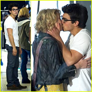 Joe Jonas &#038; Chelsea Staub: Kiss Kiss!