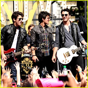 The Jonas Brothers are Grove Guys