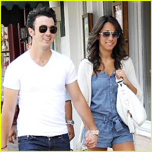 Kevin &#038; Danielle Jonas: Washington Walkers