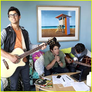 Joe, Nick and Kevin Jonas Move Into The Guest House!