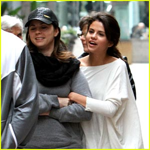 Selena Gomez & Mom Mandy: Galleria Girls